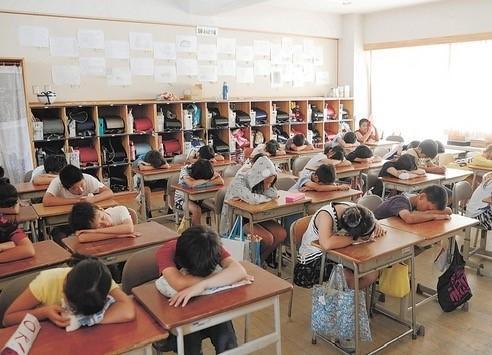 和台灣不同,午休在日本學校並非理所當然的光景。圖為日本一小學實施午休一景。(圖片來源:http://xn--ock9bub4010c.jp/ohirune-time-siesta-1458)