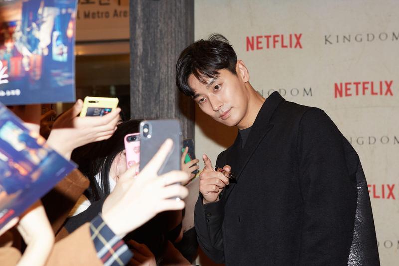 《李屍朝鮮》首映會紅毯走了半小時以上,朱智勛人氣超旺。(NETFLIX提供)
