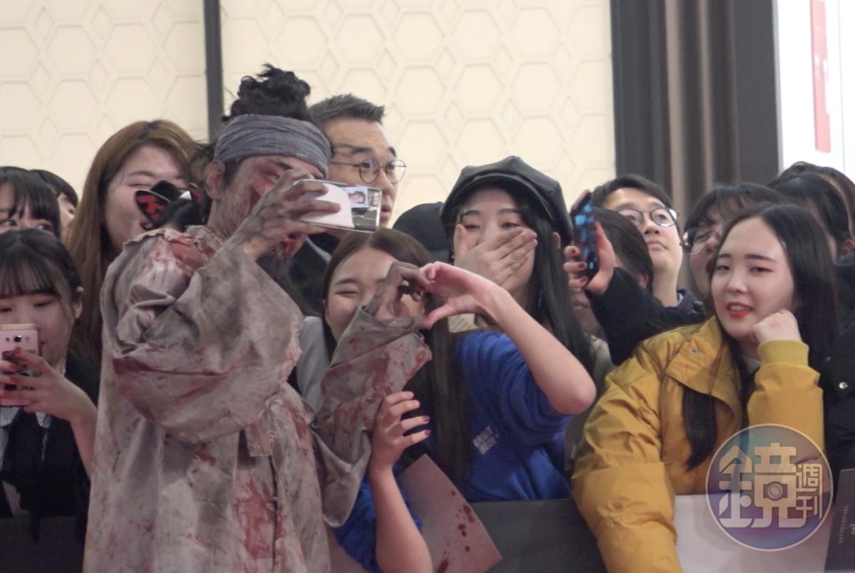 活屍演員人氣不低,粉絲邀自拍還比愛心。