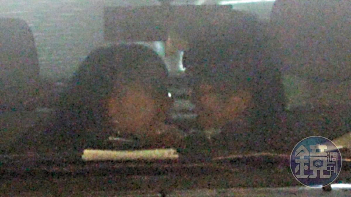 深情對視 1/19 15:51,二人擁吻空檔二度「換氣」時,還不忘深情對望彼此。