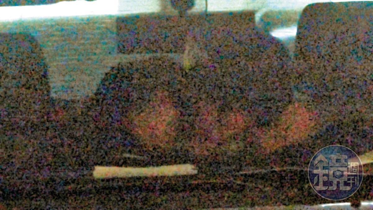 車內喇舌 1/19 15:50,苗博雅利用停車空檔,與葉育昕在車內忘情擁吻喇舌。