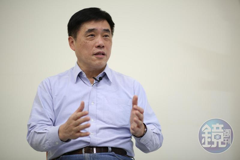 對於文化部長鄭麗君遭呼巴掌,郝龍斌臉書直批是官逼民反。