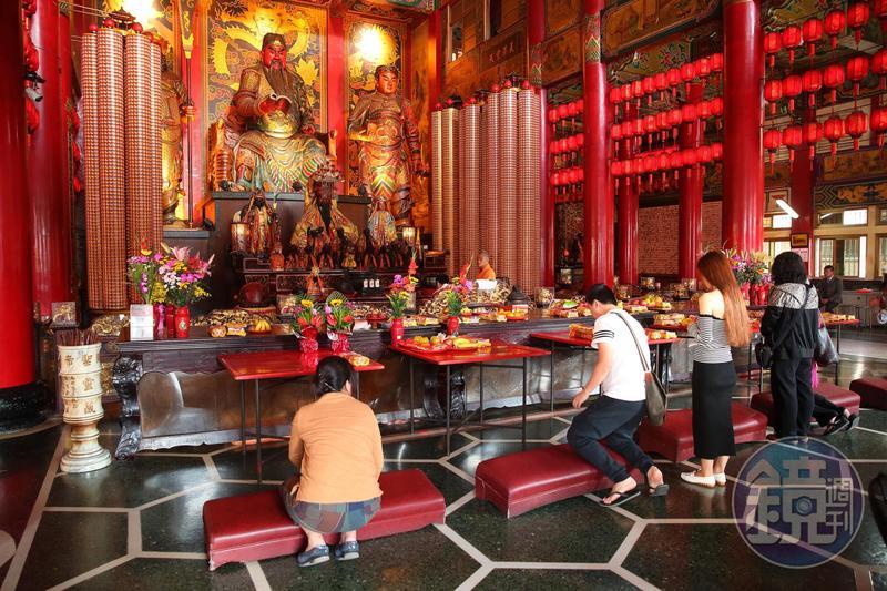 關帝廟是高雄知名廟宇,關公也很受政治人物尊敬,過去春節期間常有政治人物到此發放紅包。