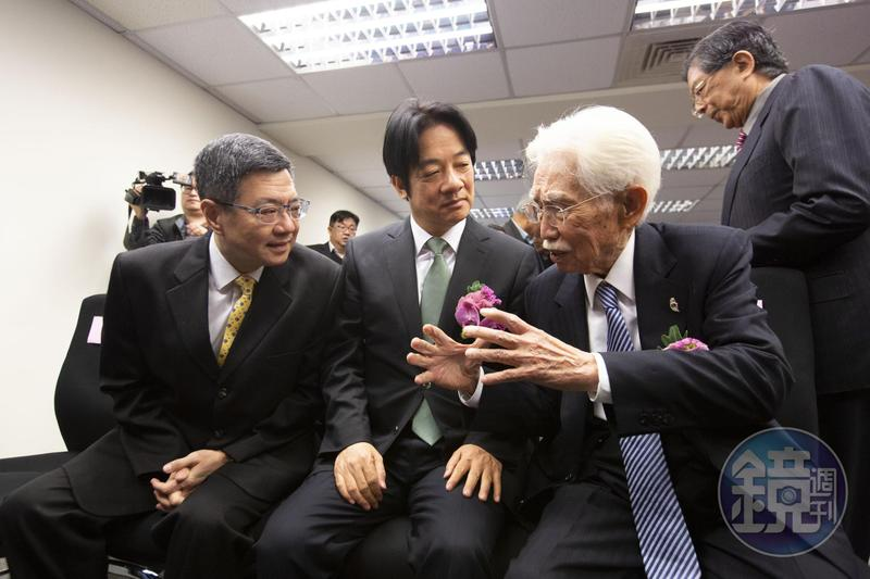 獨派大老辜寬敏(右)今與行政院前院長賴清德(中)、民進黨主席卓榮泰一同出席台灣制憲基金會成立活動。
