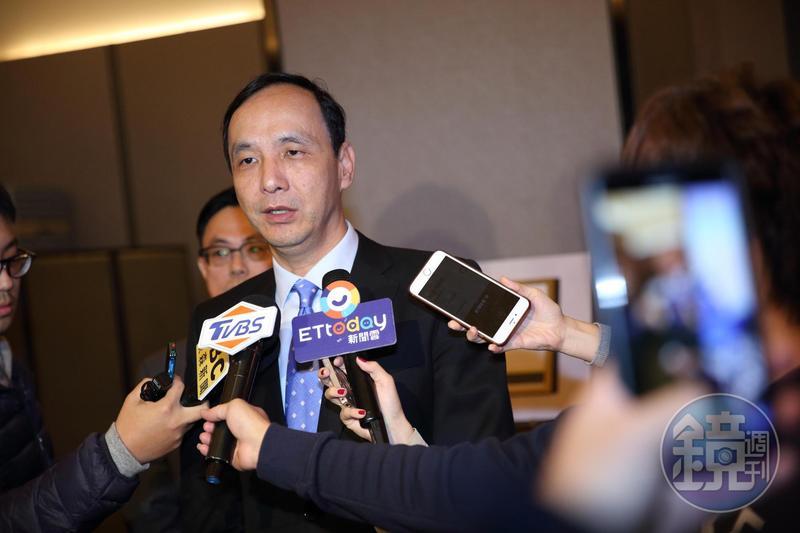 朱立倫在臉書譴責鄭惠中暴力行為,同時要求蔡英文總統譴責對馬英九比中指的民眾。