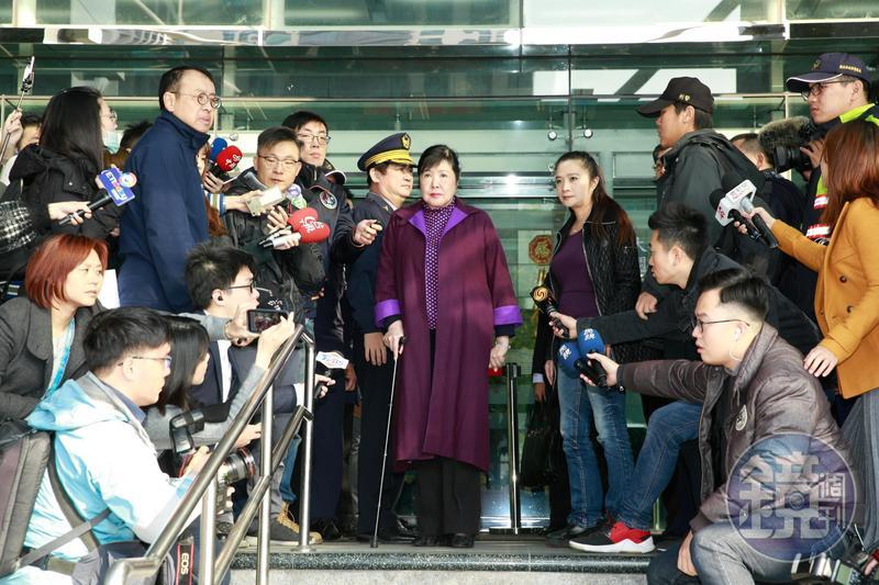 應曉薇陪同鄭惠中至文化部,並發文表示鄭惠中其實領有身障卡和低收入戶補助。