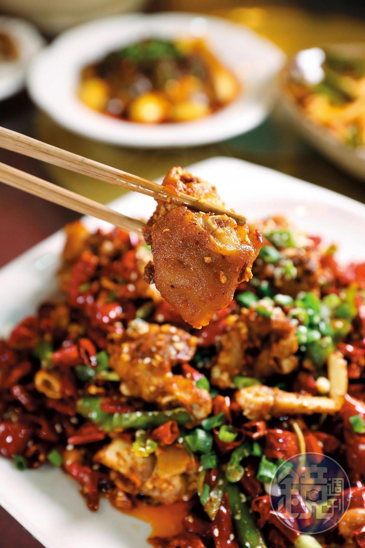 蹄花也有川味版本,「老媽香辣蹄花」啃的是骨邊肉的甜味。(人民幣88元/份,約NT$394)