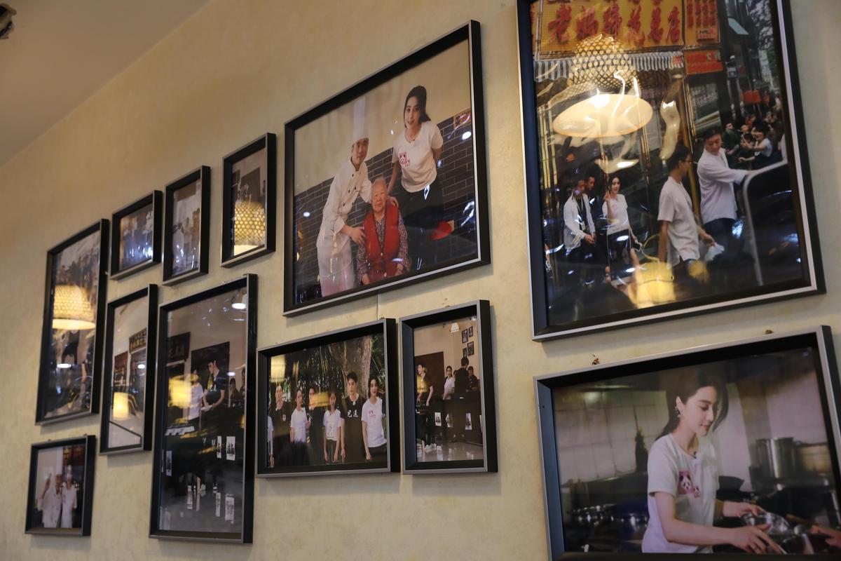 牆上掛滿曾來用餐的名人照片,范冰冰的留影特別多。