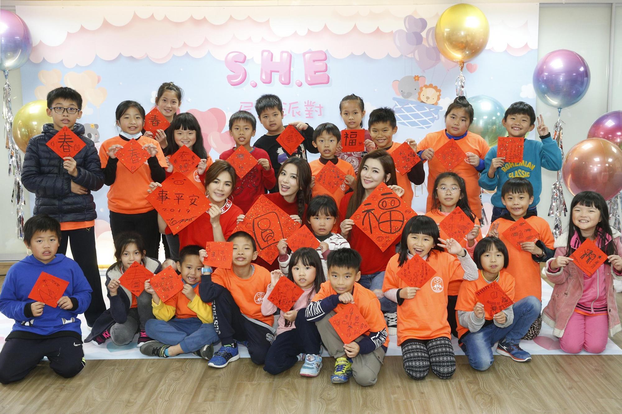 S.H.E不但跟小朋友吃飯,還當老師帶動教唱〈學貓叫〉跟〈波斯貓〉。(勁樺娛樂+樂來樂好+任真美好提供)