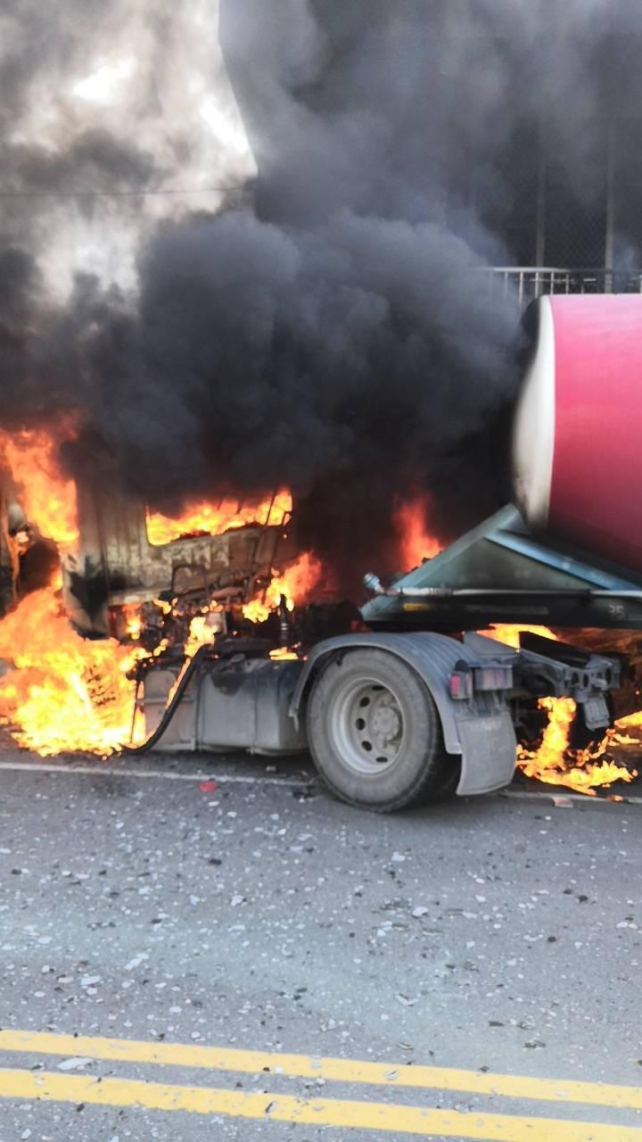 水泥車瞬間成為一顆火球,情況一度危急。(警消提供)