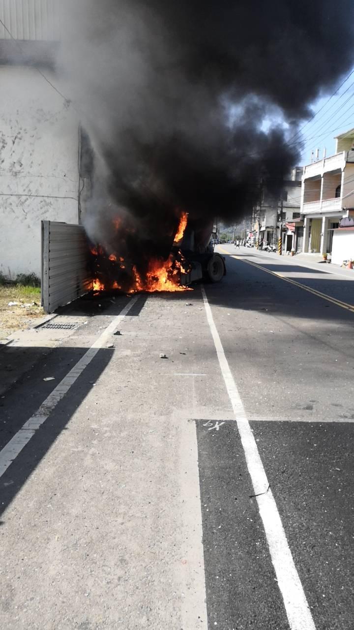 預拌混泥土槽車撞上民宅,瞬間起火燃燒。(警消提供)
