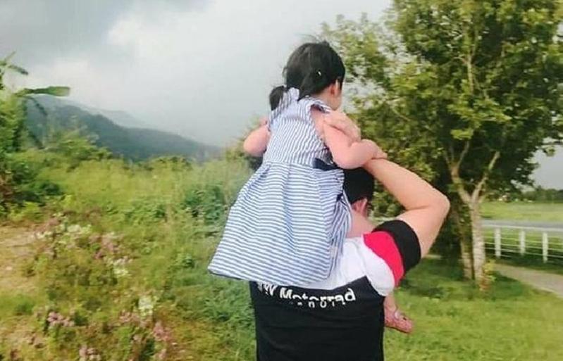女童生前和母親快樂出遊的畫面。(翻攝女童母親臉書)