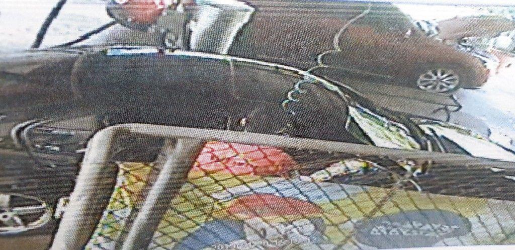 檢察官驗屍發現女童死因為氣胸、氣腫,但監視器畫面卻只看到父親拿著風槍對著車子噴氣,相當多疑點有待釐清。(警方提供)