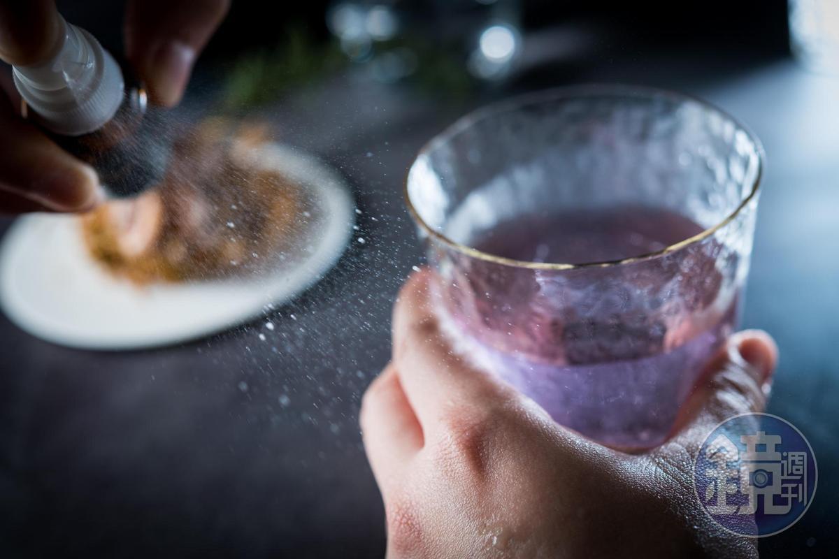 喝「Forest」之前,調酒師會在客人手背噴上潮濕泥土的氣味。