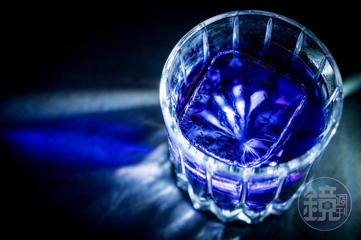 神祕的深藍紫色酒液「Club」,有可可和菸草風味。(700元/份)