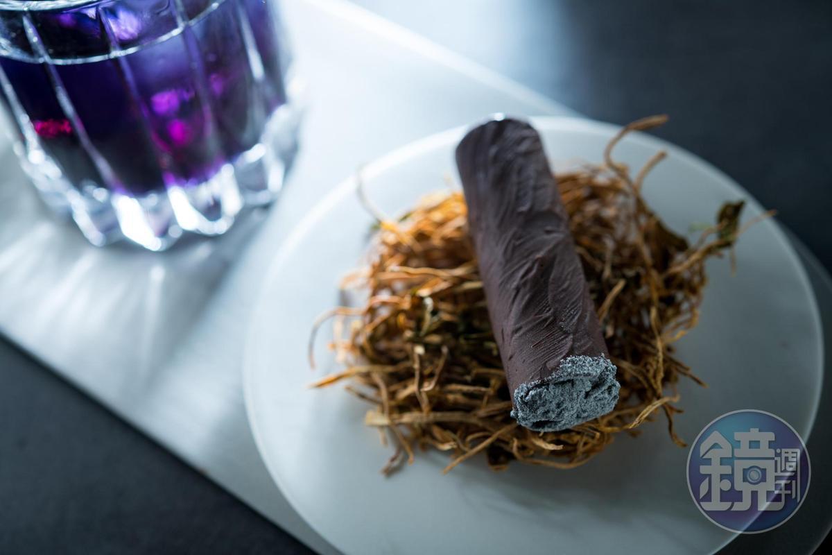 以巧克力包捲煙燻慕斯,做出的雪茄造型甜點,模樣可真了。