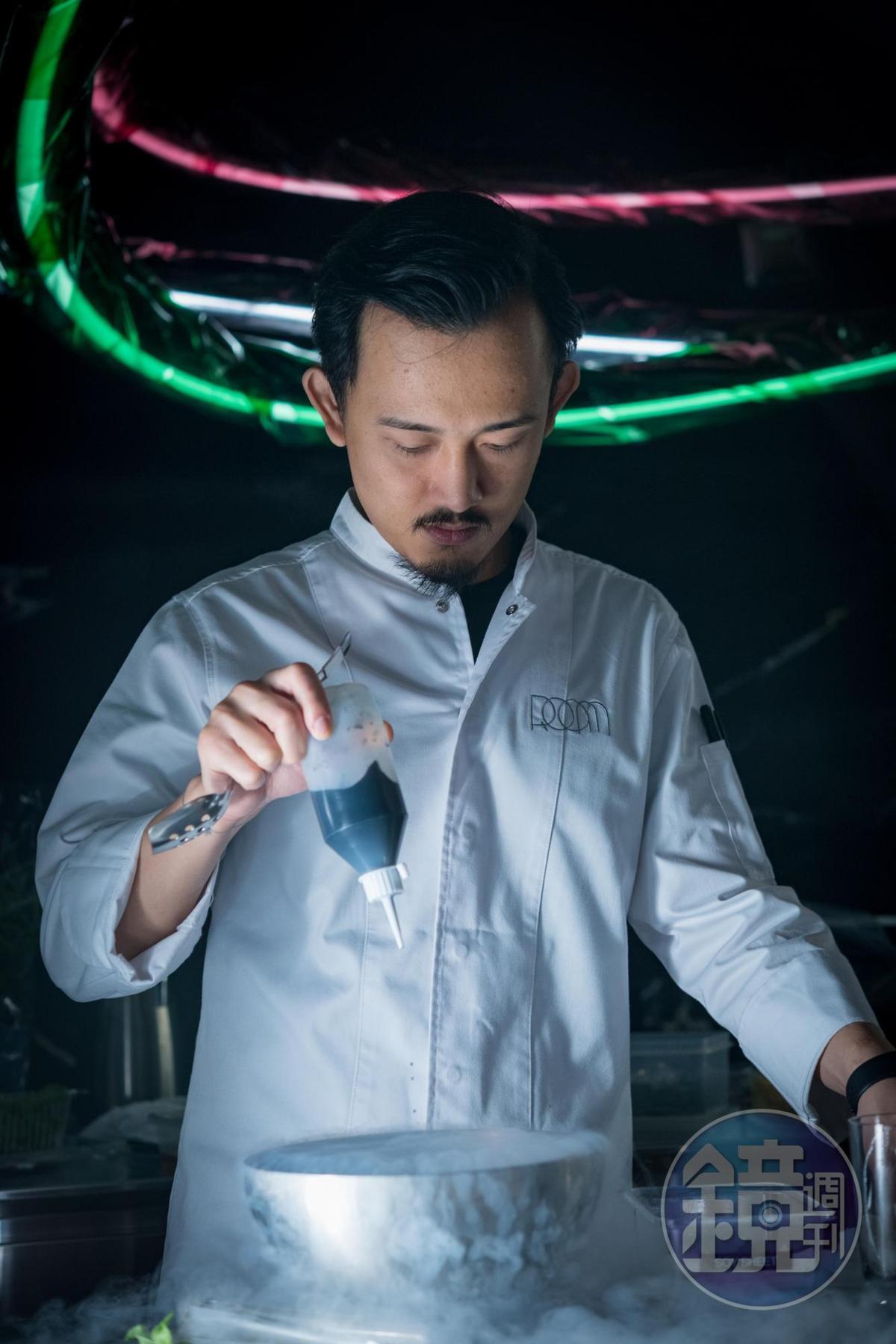 老闆易柏翔像科學家,腦袋裡點子多,端出讓人驚豔的新奇調酒。
