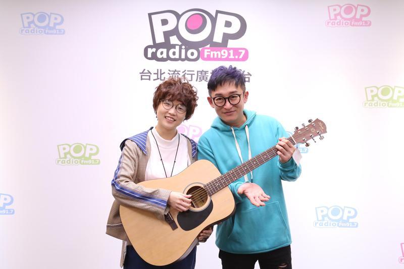 新加坡新人錦安接受POP Radio電台主持人哲緯訪問,害羞透露自己是韋禮安的忠實歌迷。(POP Radio提供)