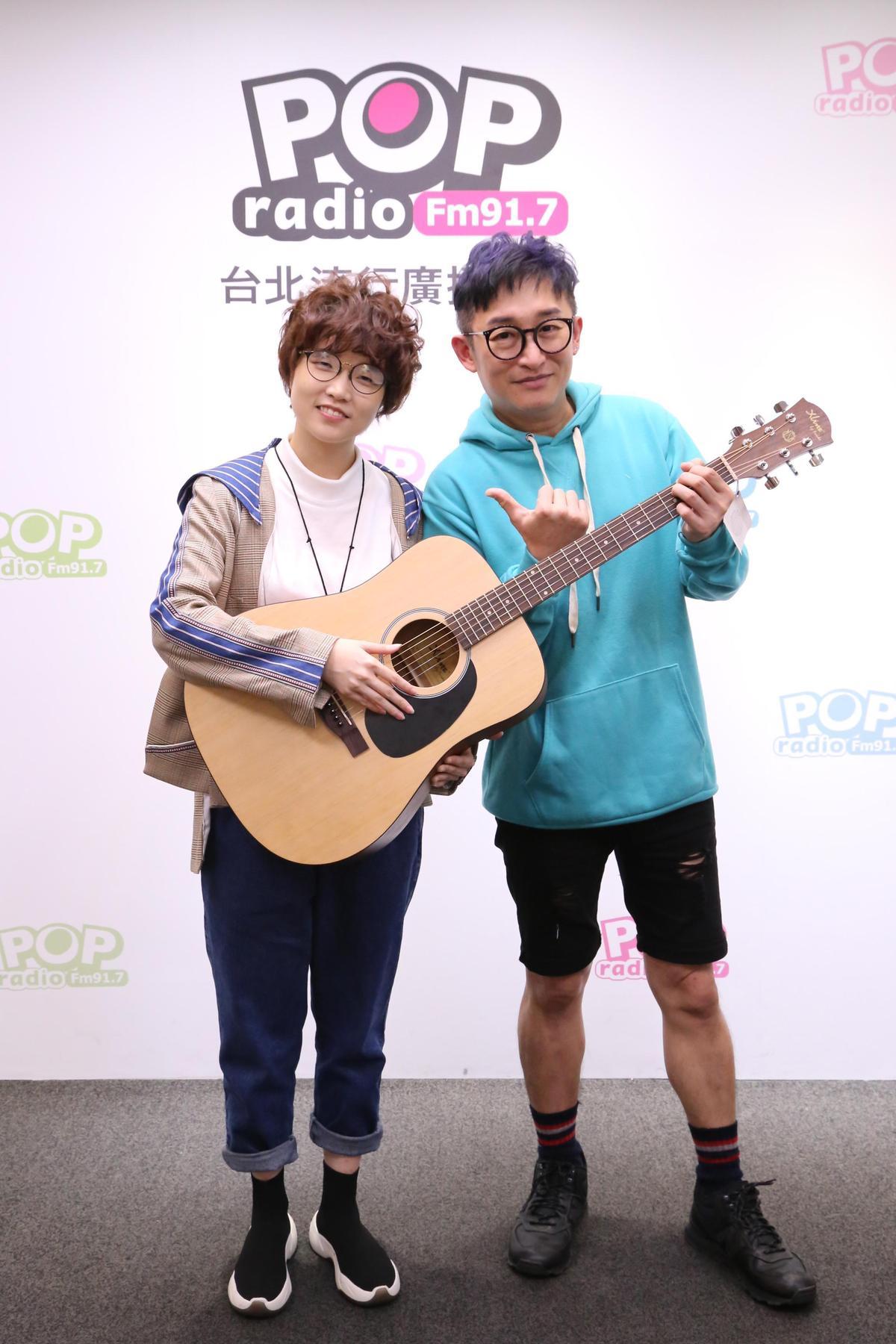 錦安苦練吉他小有成績,自言不擅言詞,乾脆就彈彈唱唱展現音樂才華。 (POP Radio提供)