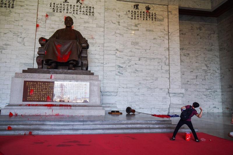 顏擇雅強調兩蔣本來就是台灣歷史一部分,而且是很重要一部分,去除威權象徵跟「去蔣」是兩回事(翻攝FETN 蠻番島嶼社臉書)
