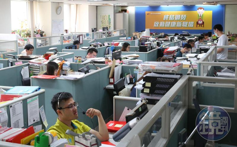 勞動部調查上班族的職場幸福感,第一名是「工作氣氛融洽,能快樂工作」。