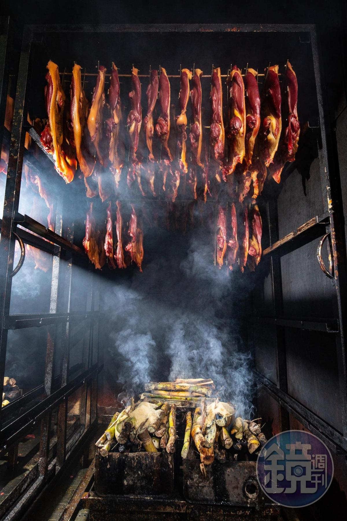 為了讓火候均勻,賴政宏統一選用3斤多重的櫻桃土番鴨,油脂和香氣兼具。