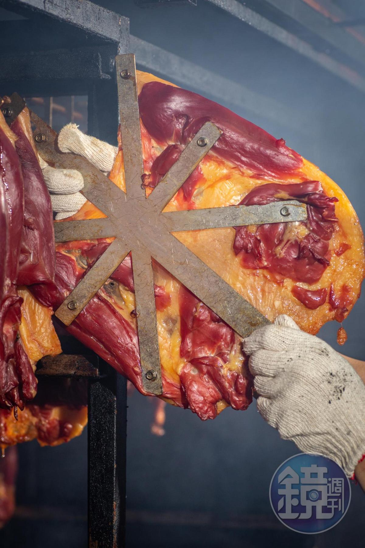 去骨鴨肉要用特製的米字鐵架撐平,賣相才體面。