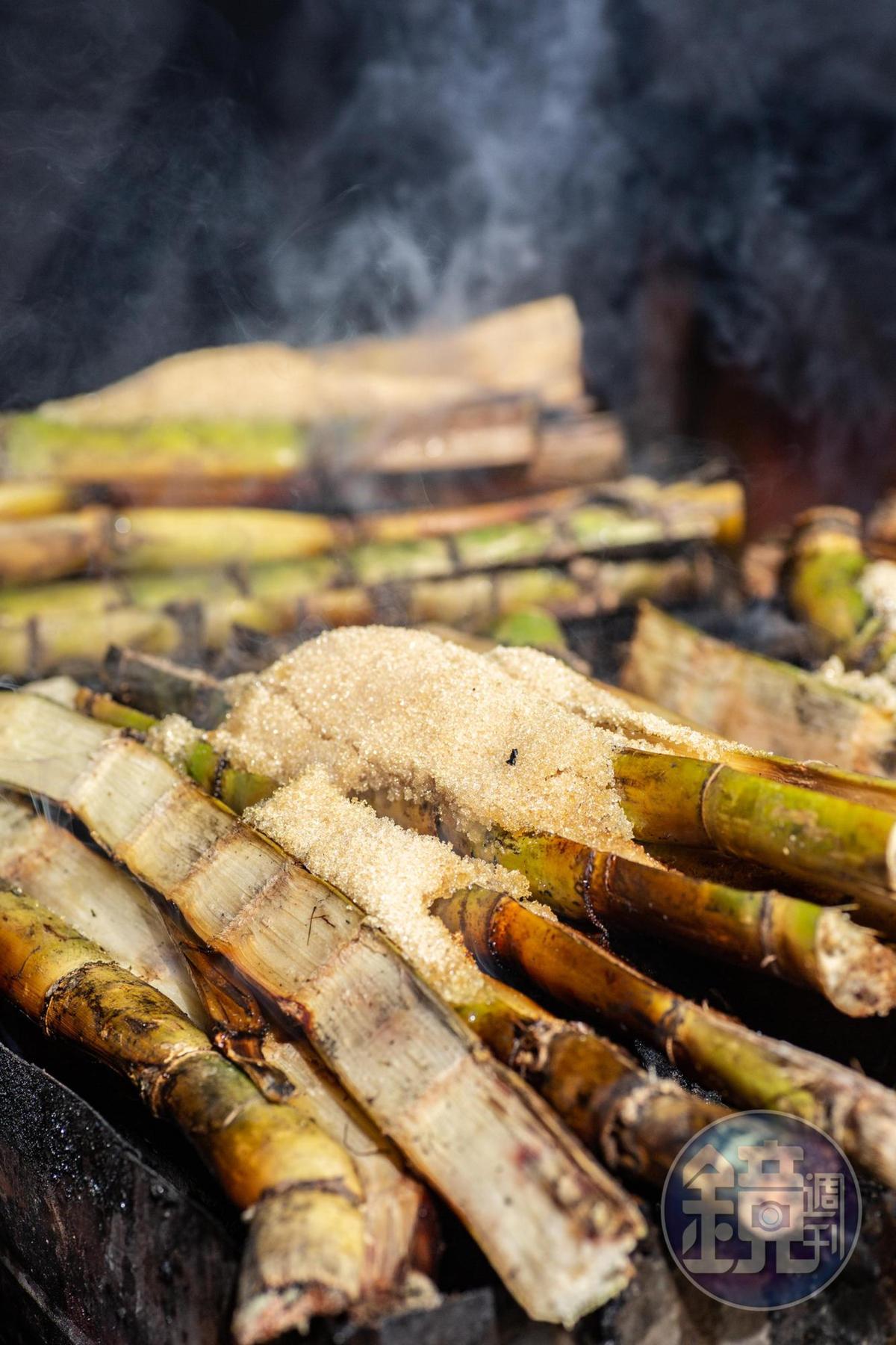白甘蔗上頭灑上二砂糖,讓甜味更濃郁;底下還要墊層燒完的蔗渣,讓溫度不致過高,產生苦味。
