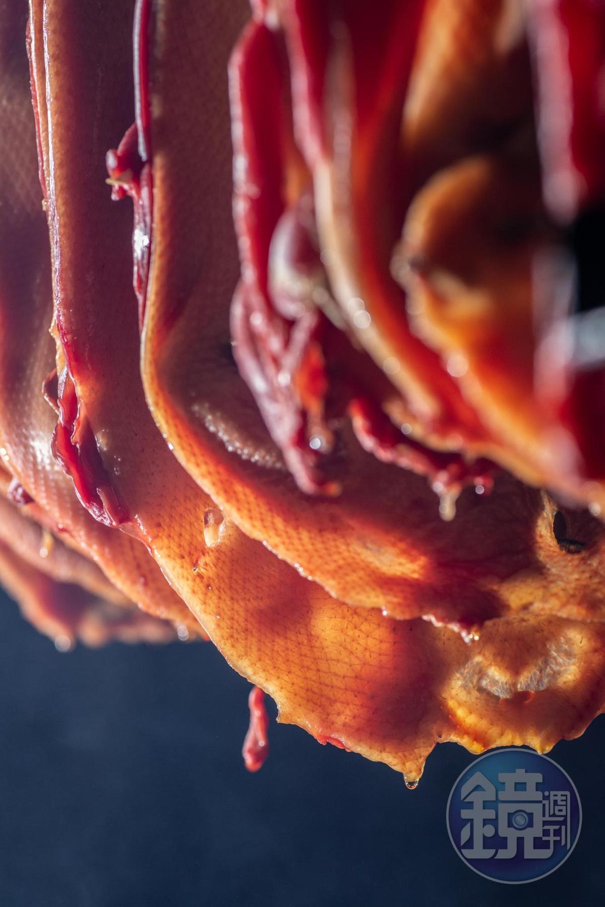 鴨油在高溫下汨汨而出,讓鴨皮彈而不膩。