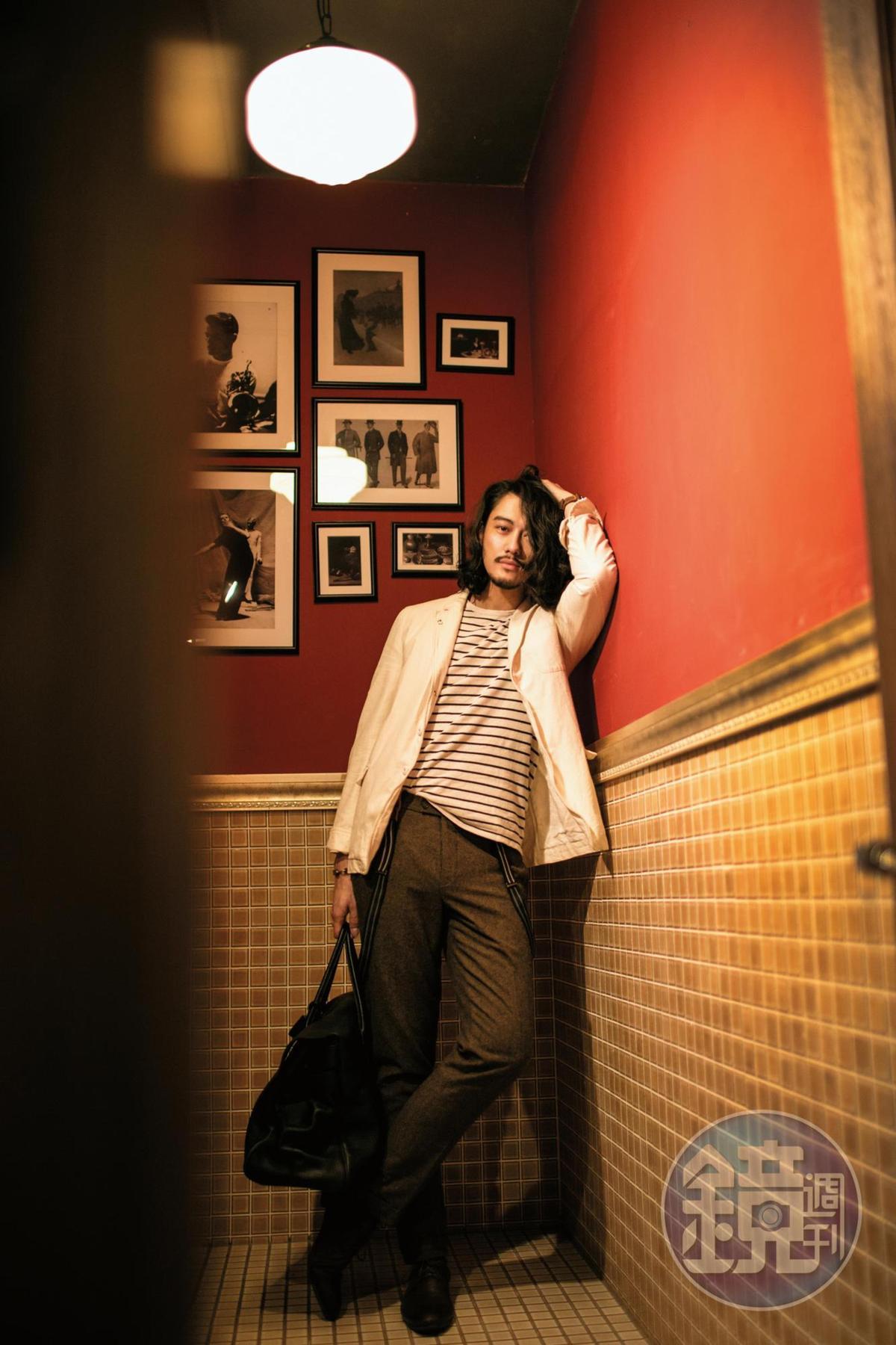 AUBIN & WILLS條紋上衣,滿額贈品;超過10年歷史的ALLSAINTS休閒西裝外套,約NT$7,500;上海布市訂做的羊毛長褲,約NT$1,000;H by HUDSON咖啡色皮鞋,約NT$4,000;MULBERRY提袋,約NT$60,000。