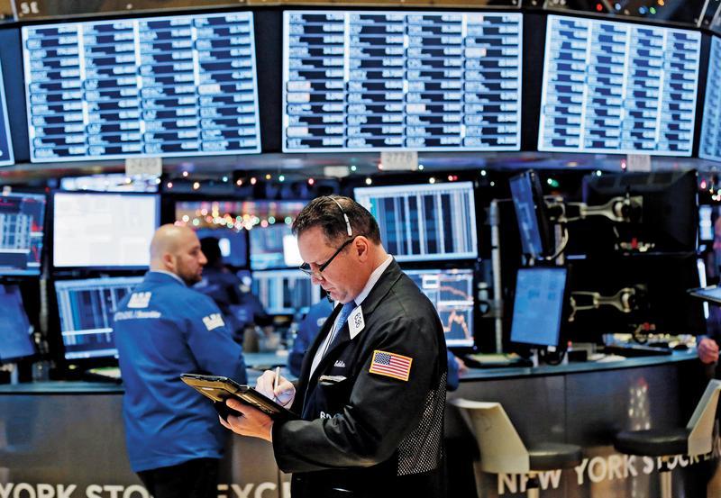 去年美股表現不如往年,不少人住進套房,想要攤平,要挑對的基金。(東方IC)