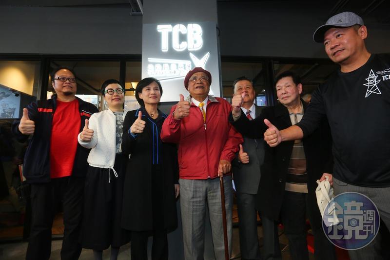 台灣漫畫基地24日正式開幕,文化部長鄭麗君(左三)、漫畫家劉興欽(左四)皆出席記者會。