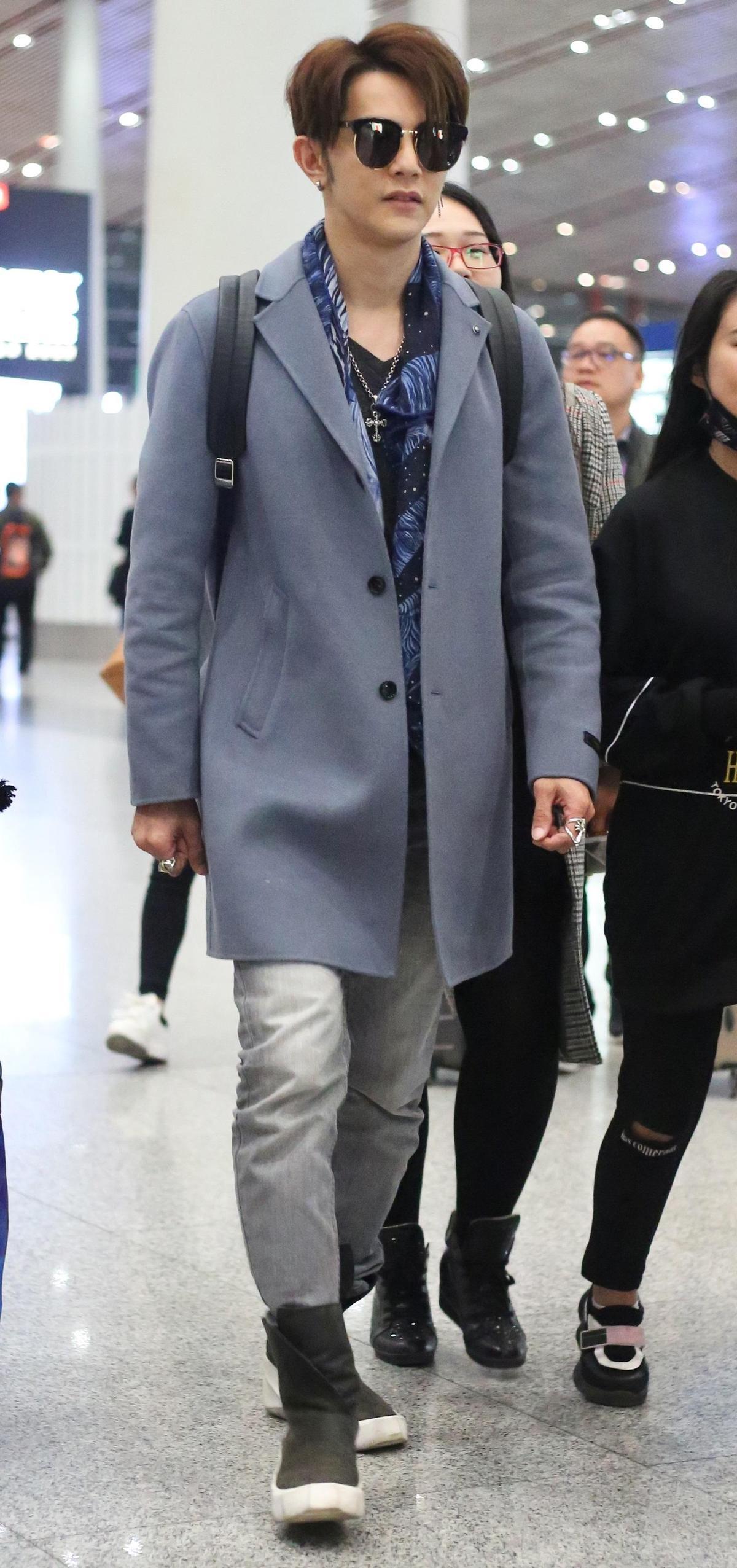 現身北京機場的汪東城,在灰藍色大衣裡面,搭配同色系黑底藍花的花襯衫,就連牛仔褲也是同一灰色調,整體搭配簡直就是氣質型男穿搭範本啊!(東方IC)