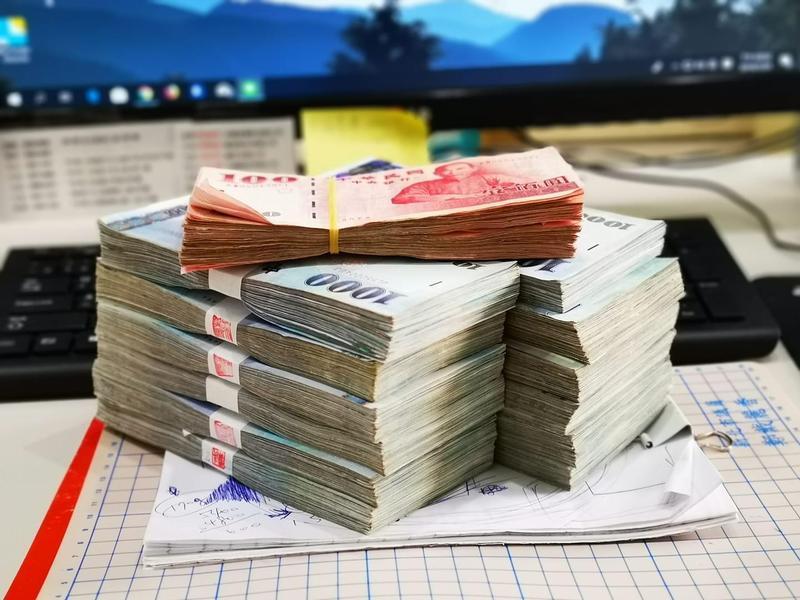 有名男網友po出老闆給的120多萬「年終獎金」,卻發現發現桌上還有一張名單,原來只是要他幫忙發獎金。(翻攝自爆怨公社)