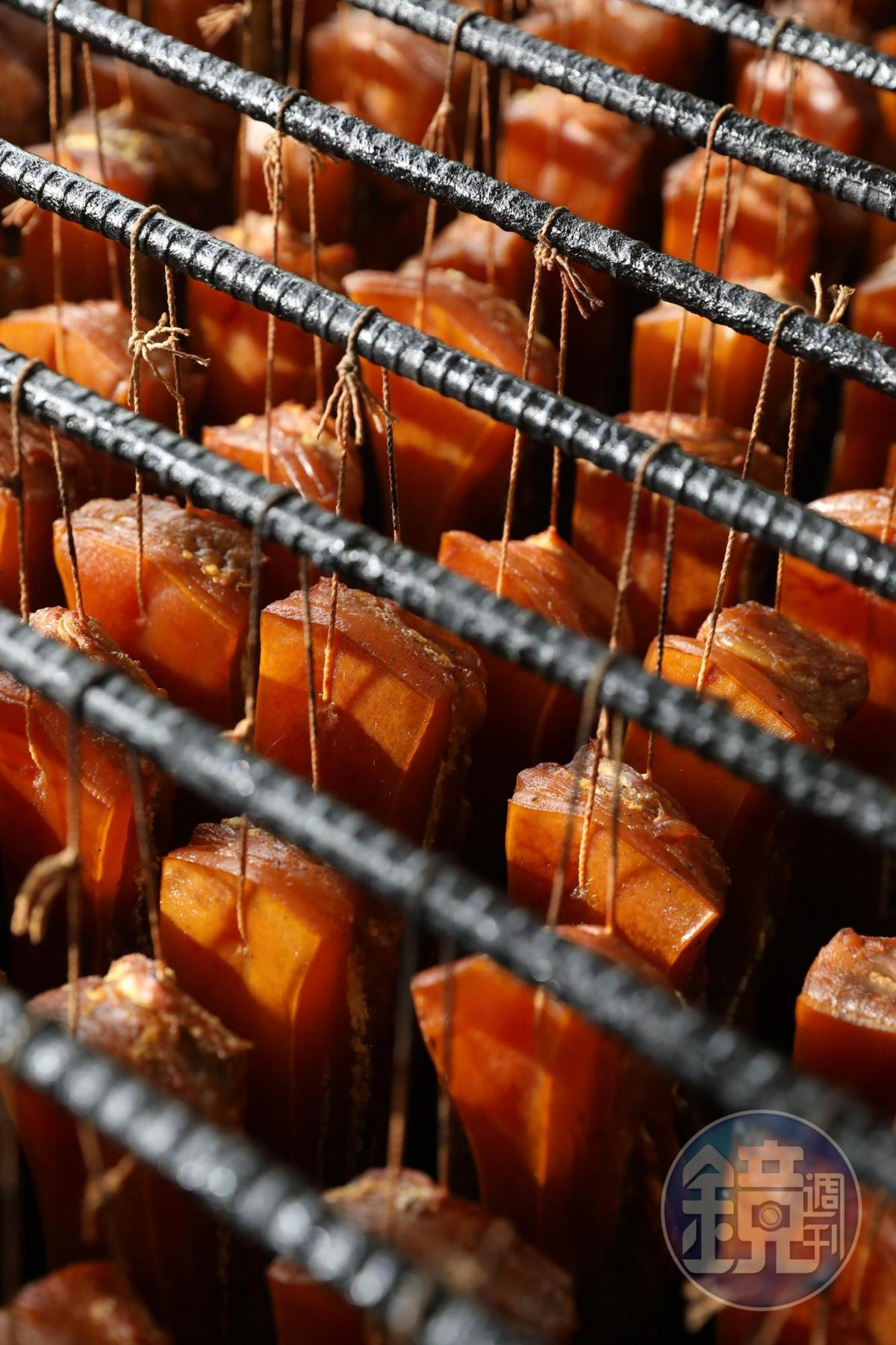 黃澄澄的臘肉經過醃漬日曬和煙燻,得幫它補水才能恢復軟嫩口感。