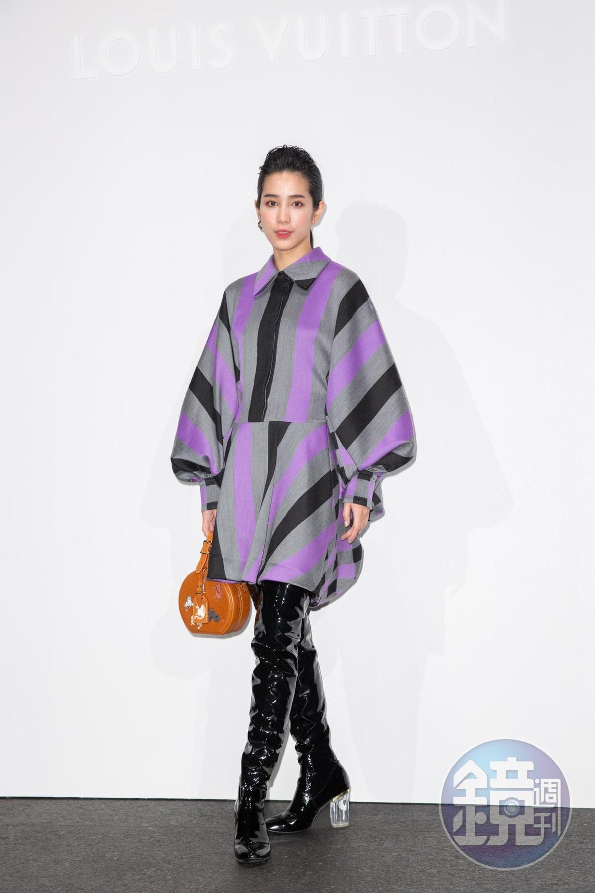 温貞菱穿紫色條紋洋裝NT$107,000、Grace Coddington聯名系列帽箱NT$154,000。
