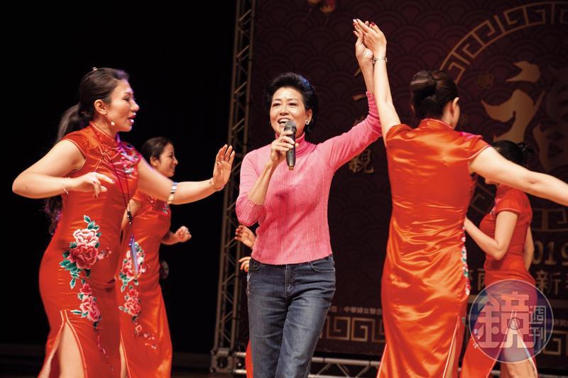 陸莉玲(中)活躍於兩岸社交場合,圖為日前她受邀擔任「愛我中華」海峽兩岸新春聯歡會主持人的彩排畫面。