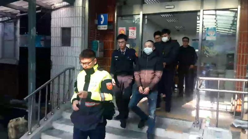 3名惡煞在街頭圍毆1人,警方到場仍氣燄不減。(翻攝畫面)