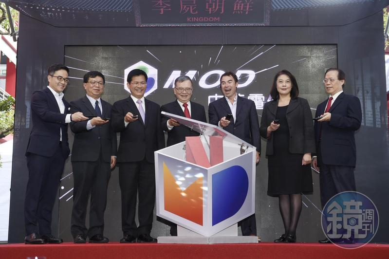中華電信董事長鄭優(左四)看好Netflix進駐MOD平台後將吸引更多用戶加入。
