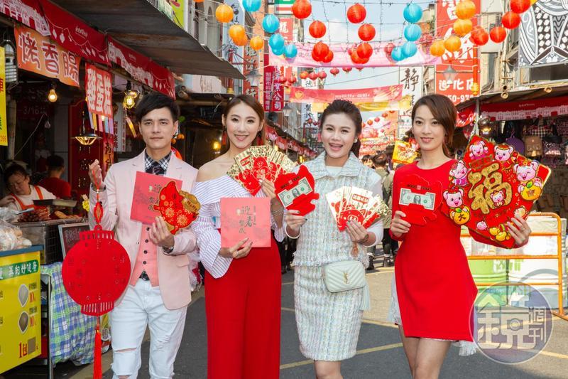 朱海君(右二)帶著唱片公司師弟妹陳淑萍(右起)、謝金晶、鄔兆邦逛年貨大街採買,提前感受年味。