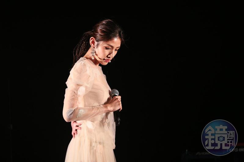 李千那以白紗優雅長裙,展開演會序幕。