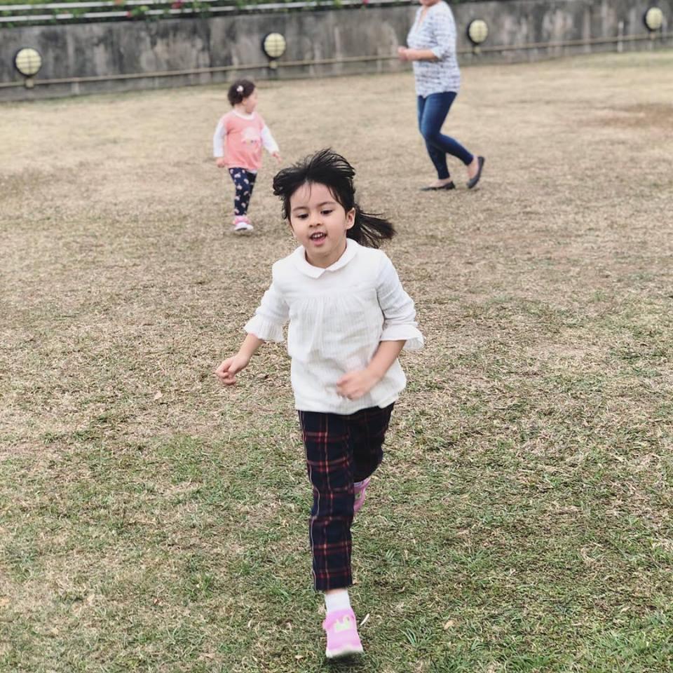 對親子時間梁詠琪非常重視,只要沒工作一直帶女兒出外趴趴走。(梁詠琪臉書)