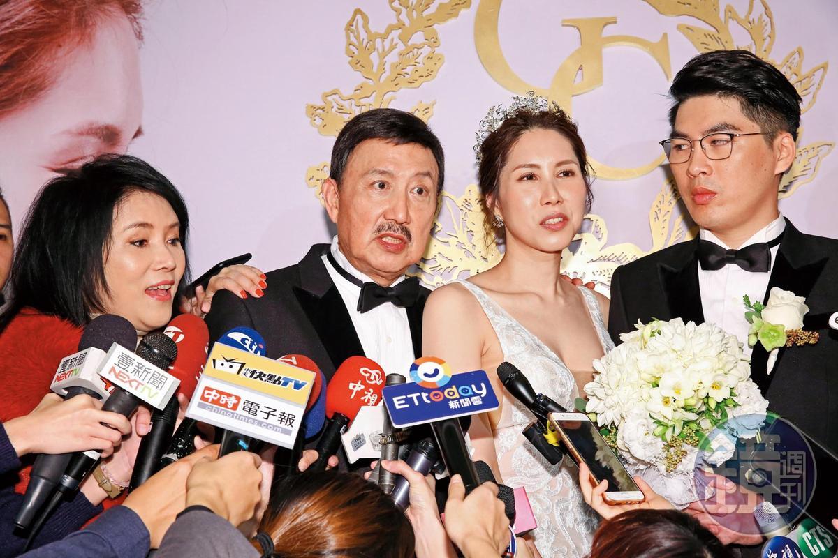 2019:余苑綺終於出嫁,風光喜事也為一包三千六百元的紅包吵到離題,看這一家人排排站多麼有戲。