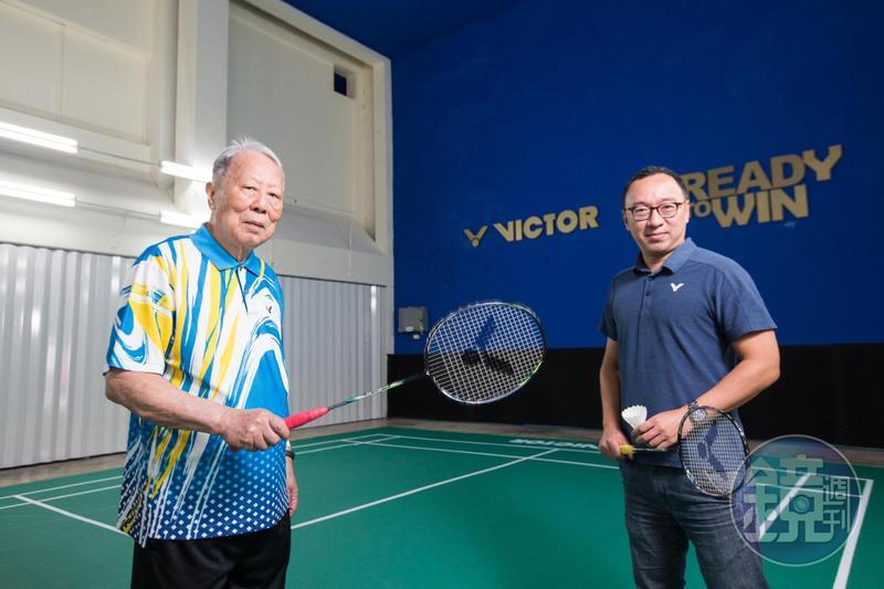 勝利董事長陳登立(左)與陳庶榮(右)父子倆都有節儉美德,連計程車都不搭。