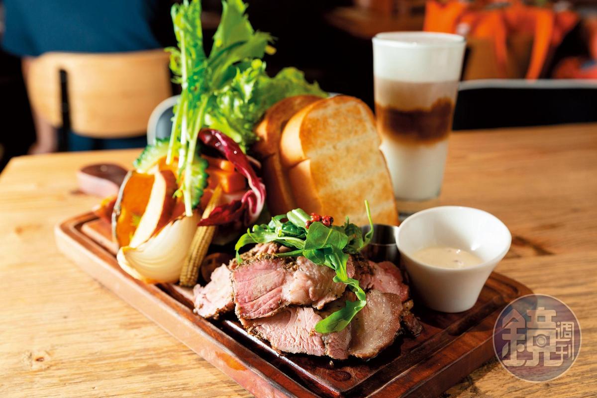 這道「義式紅酒豬小排」,豬肉有濃郁香料味,肉質不太乾,但對愛吃肉的林可彤而言,不太夠吃。(380元╱份)