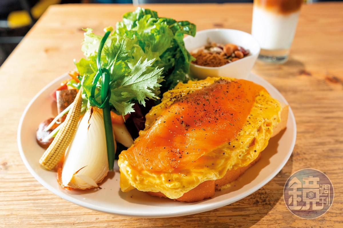 林可彤很愛到華山「光合箱子」用餐,「奶油蛋燻鮭魚」配上季節綠葉沙拉、吐司、水果、黑糖堅果優格,分量十足。(320元╱份)