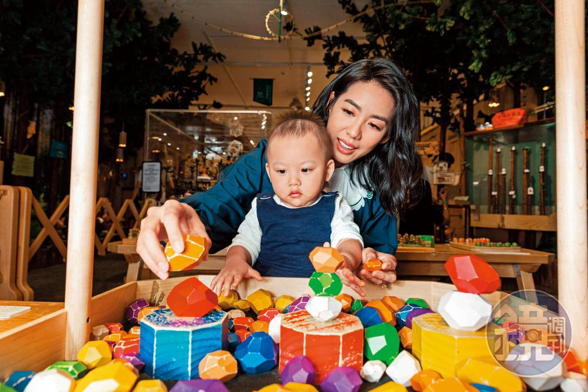 林可彤日前帶著兒子到華山的「木育森林Wooderful Land」參觀,兒子Adam看到一系列木製玩具很興奮,不停大叫。