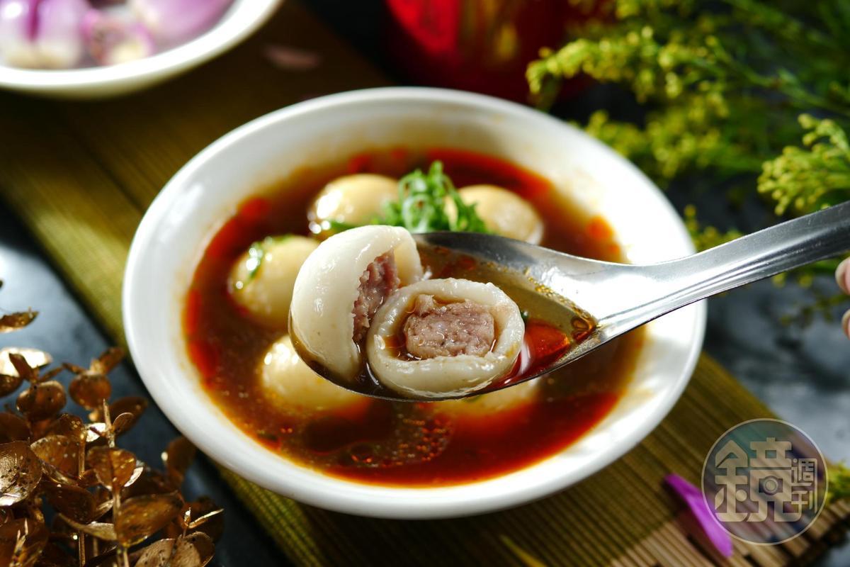 加入酸菜鴨血湯頭的「吉祥湯圓(湯)」,喝來醇厚,有紅燒牛肉麵的香氣。(80元/碗)
