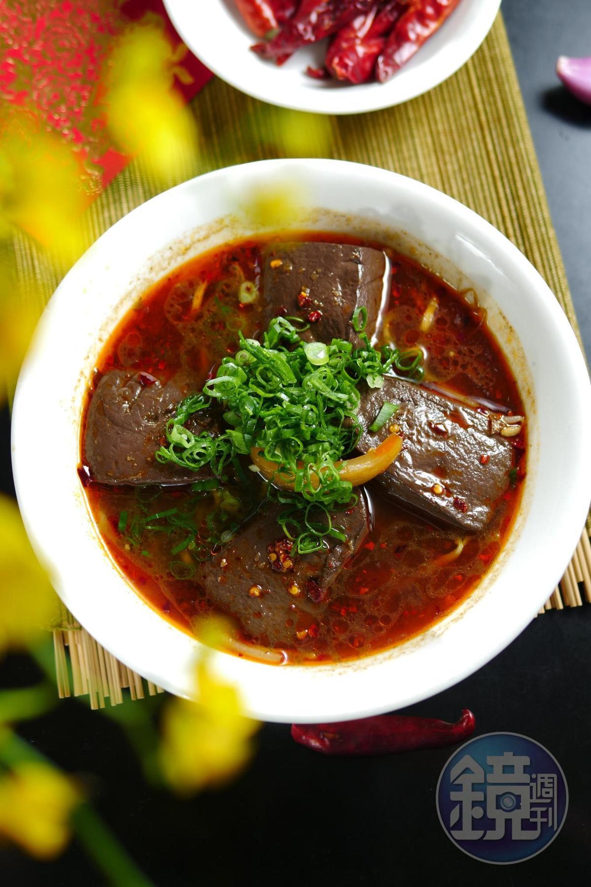 「酸菜鴨血湯麵」湯頭醇厚,酸菜平衡厚度。(80元/碗)