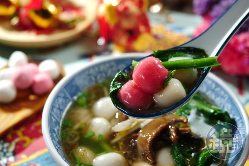 以自製香菇油蔥煮湯底的「客家紅白鹹湯圓」,香潤惹味。(80元/碗)